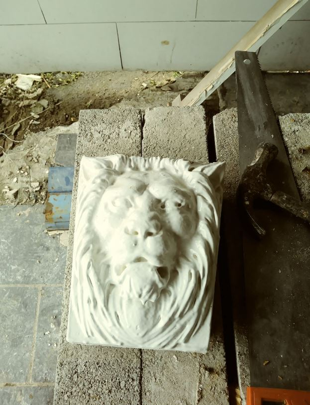 Plaster image of Lion from the bar